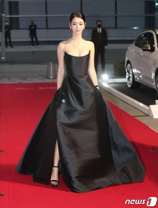 Xuất hiện trên thảm đỏ AAA 2020 với mẫu váy phong cách cô dâu, Seo Ye Ji bị chê nhạt nhoà - ảnh 1