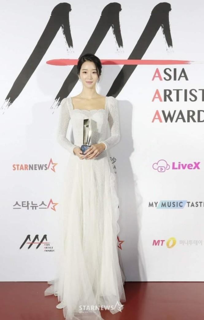 Xuất hiện trên thảm đỏ AAA 2020 với mẫu váy phong cách cô dâu, Seo Ye Ji bị chê nhạt nhoà - ảnh 2