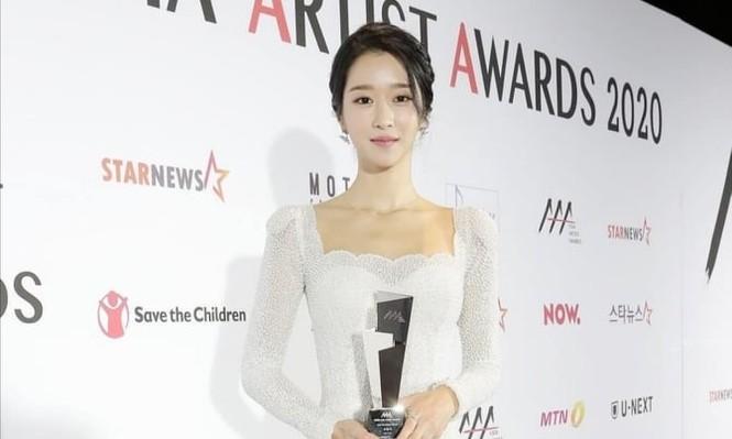 Xuất hiện trên thảm đỏ AAA 2020 với mẫu váy phong cách cô dâu, Seo Ye Ji bị chê nhạt nhoà - ảnh 6