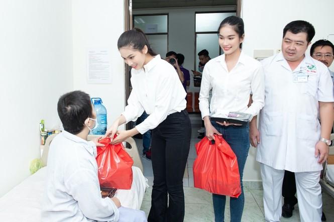 Hoa hậu Đỗ Thị Hà giản dị và thân thiện trong chuyến từ thiện đầu tiên sau đăng quang - ảnh 3