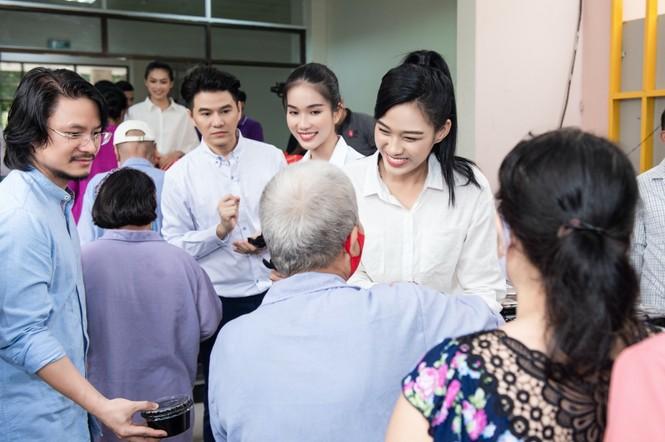Hoa hậu Đỗ Thị Hà giản dị và thân thiện trong chuyến từ thiện đầu tiên sau đăng quang - ảnh 1