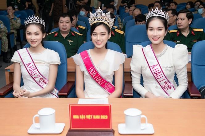 Hoa hậu Đỗ Thị Hà giản dị và thân thiện trong chuyến từ thiện đầu tiên sau đăng quang - ảnh 7