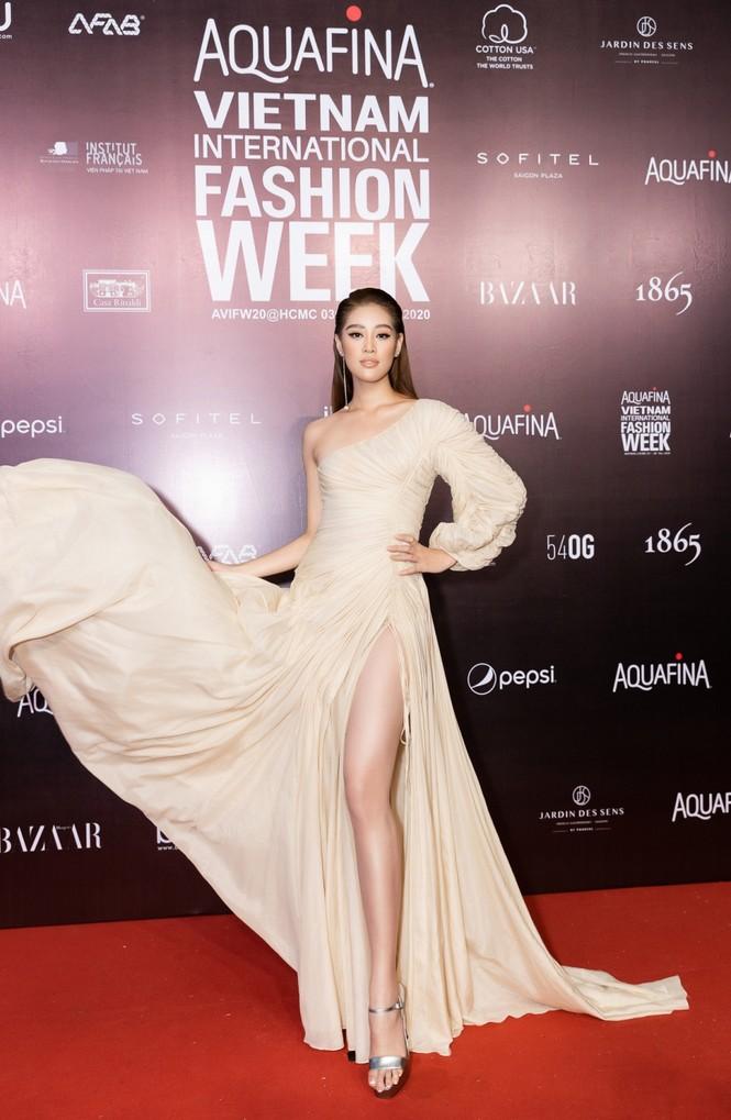 Thảm đỏ Tuần lễ Thời trang: Màn đọ sắc cực hot của Tiểu Vy, Lương Thuỳ Linh và Khánh Vân - ảnh 4