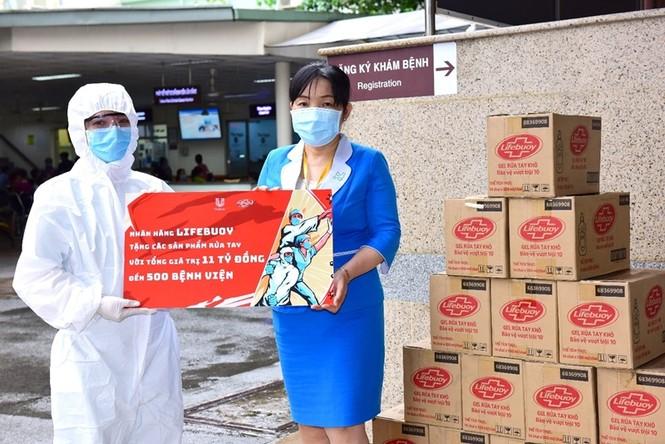 """Lifebuoy tài trợ gói sản phẩm 11 tỷ đồng cho 500 bệnh viện, góp quỹ xây """"nhà chống lũ"""" - ảnh 1"""