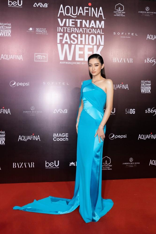 Thảm đỏ Tuần lễ Thời trang: Màn đọ sắc cực hot của Tiểu Vy, Lương Thuỳ Linh và Khánh Vân - ảnh 2