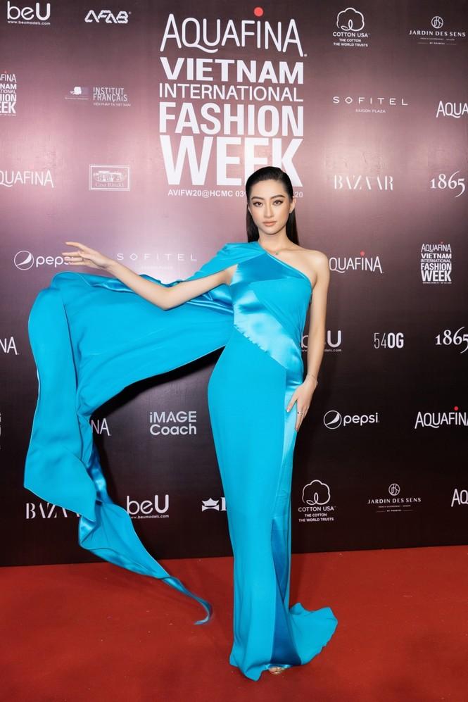 Thảm đỏ Tuần lễ Thời trang: Màn đọ sắc cực hot của Tiểu Vy, Lương Thuỳ Linh và Khánh Vân - ảnh 1