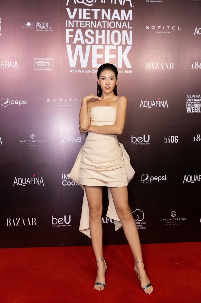 Thảm đỏ Tuần lễ Thời trang: Màn đọ sắc cực hot của Tiểu Vy, Lương Thuỳ Linh và Khánh Vân - ảnh 8