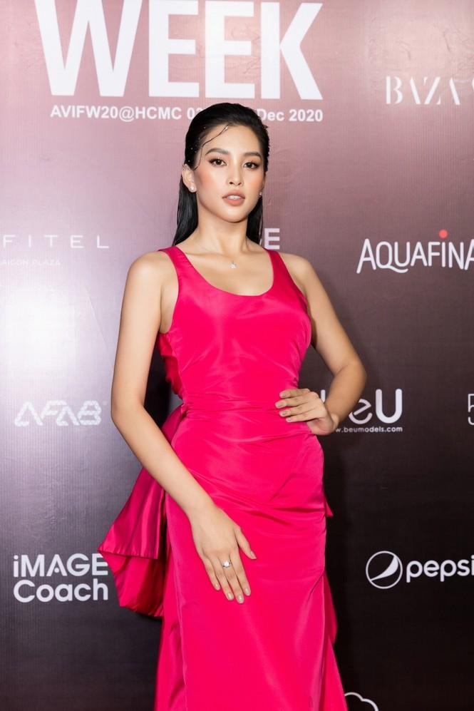 Thảm đỏ Tuần lễ Thời trang: Màn đọ sắc cực hot của Tiểu Vy, Lương Thuỳ Linh và Khánh Vân - ảnh 5