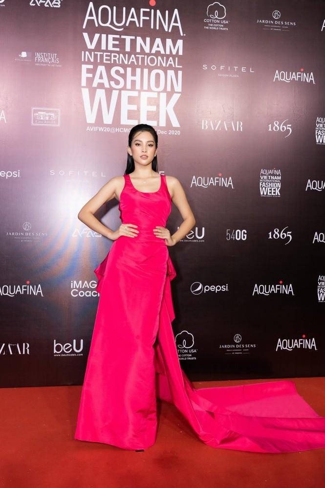 Thảm đỏ Tuần lễ Thời trang: Màn đọ sắc cực hot của Tiểu Vy, Lương Thuỳ Linh và Khánh Vân - ảnh 6