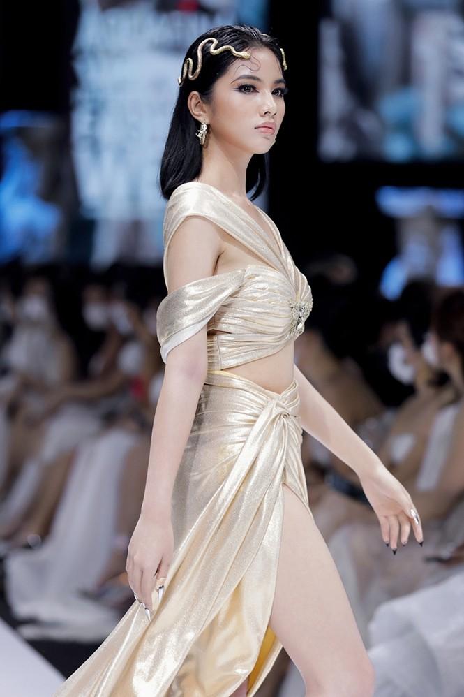 """Ngắm dàn thí sinh Hoa Hậu Việt Nam 2020 """"lột xác"""" ngoạn mục trên sàn catwalk  - ảnh 7"""