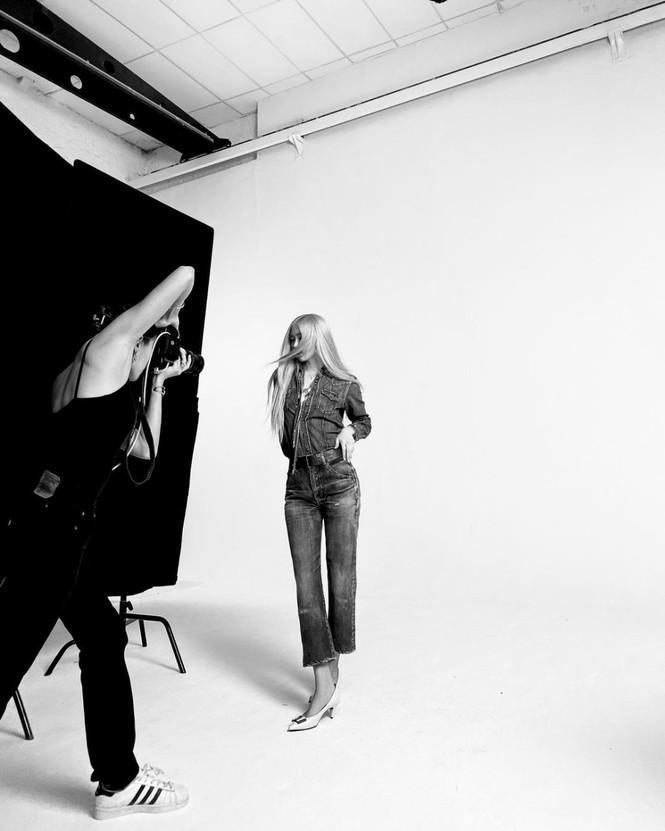 Ảnh hậu trường quảng cáo của Rosé BLACKPINK có gì đặc biệt mà được khen hơn cả ảnh chính? - ảnh 4