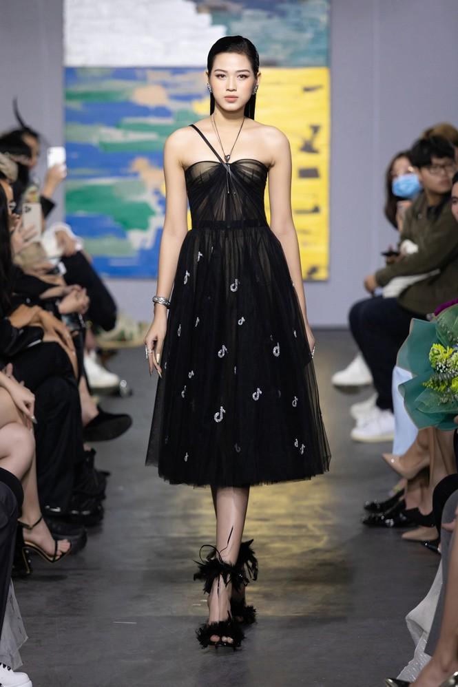 Hoa hậu Đỗ Thị Hà mở màn show thời trang với nhan sắc như nàng thơ, ai cũng phải xuýt xoa - ảnh 1