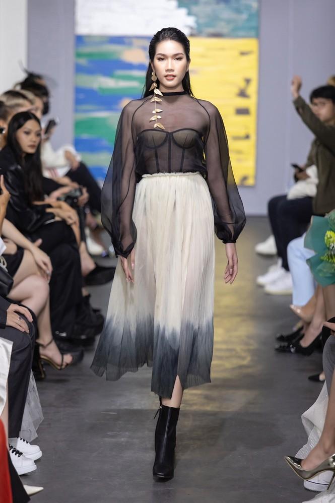 Hoa hậu Đỗ Thị Hà mở màn show thời trang với nhan sắc như nàng thơ, ai cũng phải xuýt xoa - ảnh 2