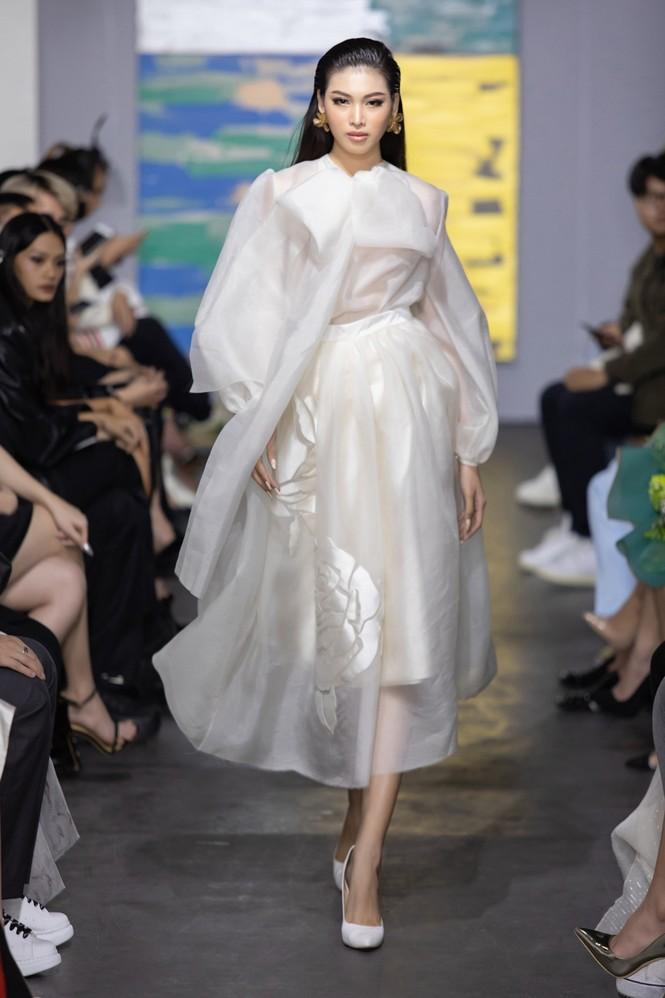Hoa hậu Đỗ Thị Hà mở màn show thời trang với nhan sắc như nàng thơ, ai cũng phải xuýt xoa - ảnh 3