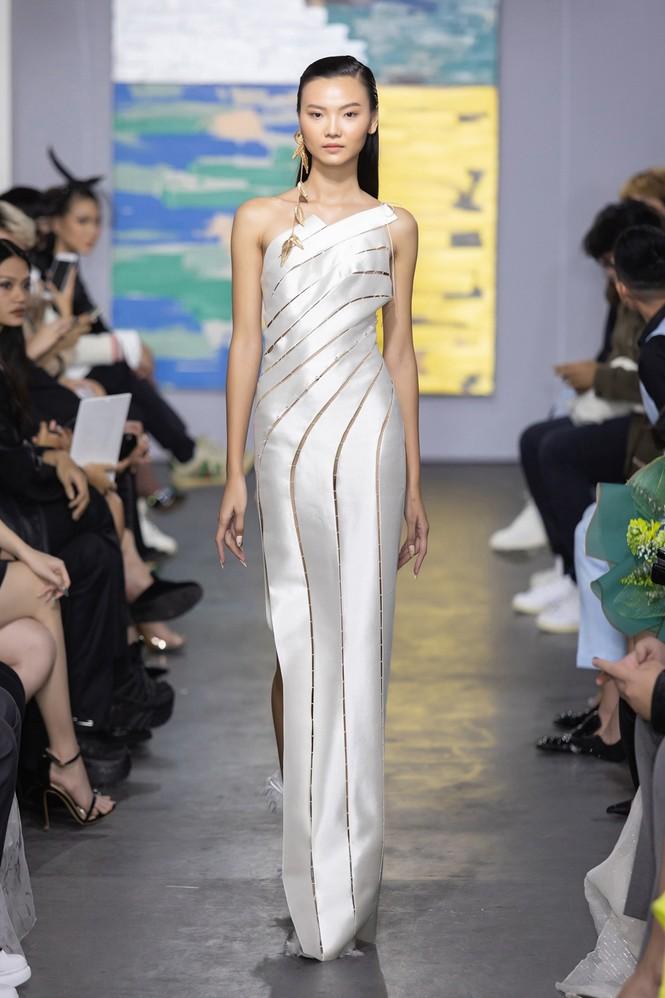 Hoa hậu Đỗ Thị Hà mở màn show thời trang với nhan sắc như nàng thơ, ai cũng phải xuýt xoa - ảnh 7