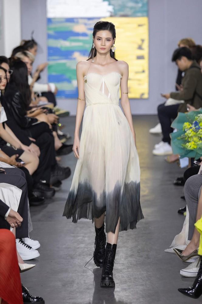 Hoa hậu Đỗ Thị Hà mở màn show thời trang với nhan sắc như nàng thơ, ai cũng phải xuýt xoa - ảnh 10