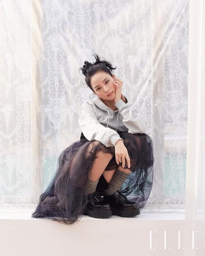 """Mặc chiếc váy da bóng khó nhằn, Jisoo (BLACKPINK) """"chặt đẹp"""" mẫu xịn của hãng - ảnh 6"""