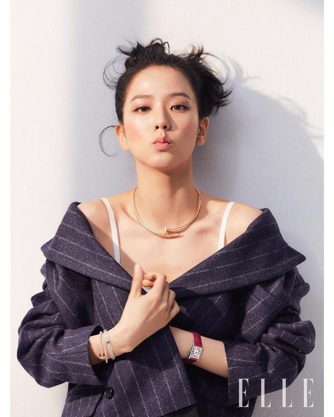 """Mặc chiếc váy da bóng khó nhằn, Jisoo (BLACKPINK) """"chặt đẹp"""" mẫu xịn của hãng - ảnh 2"""