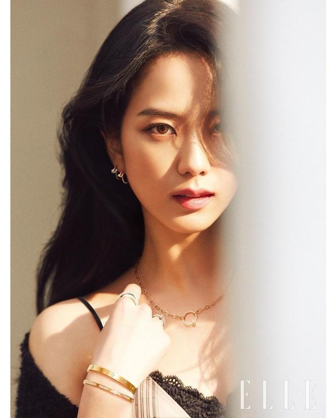 """Mặc chiếc váy da bóng khó nhằn, Jisoo (BLACKPINK) """"chặt đẹp"""" mẫu xịn của hãng - ảnh 3"""