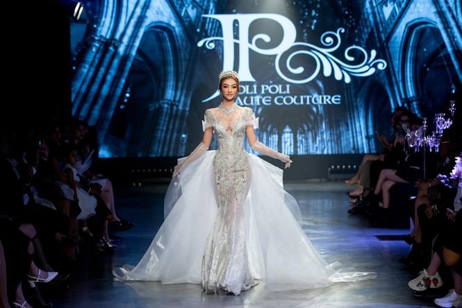 """Hoa hậu Tiểu Vy mặc váy cô dâu đội vương miện như """"nữ hoàng"""" làm vedette show thời trang - ảnh 1"""