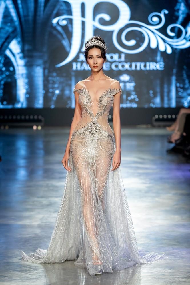 """Hoa hậu Tiểu Vy mặc váy cô dâu đội vương miện như """"nữ hoàng"""" làm vedette show thời trang - ảnh 8"""