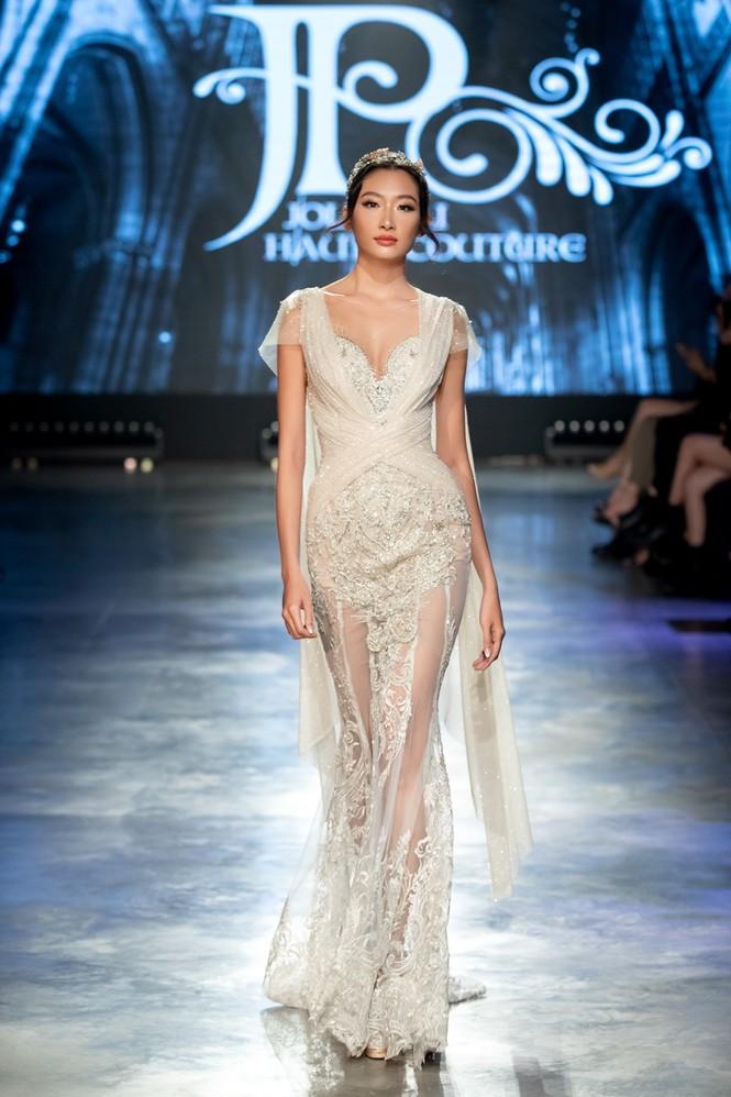 """Hoa hậu Tiểu Vy mặc váy cô dâu đội vương miện như """"nữ hoàng"""" làm vedette show thời trang - ảnh 9"""