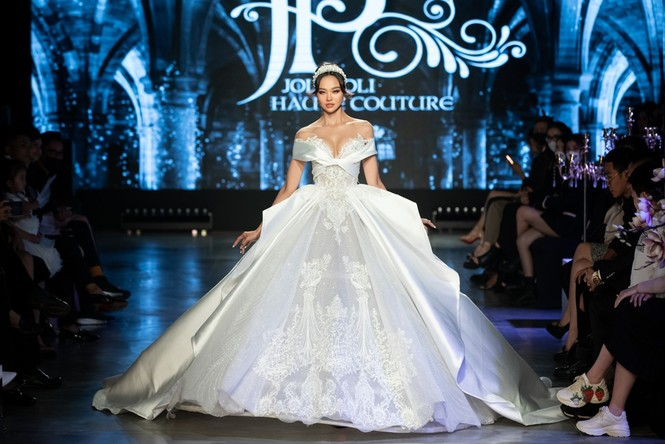 """Hoa hậu Tiểu Vy mặc váy cô dâu đội vương miện như """"nữ hoàng"""" làm vedette show thời trang - ảnh 11"""