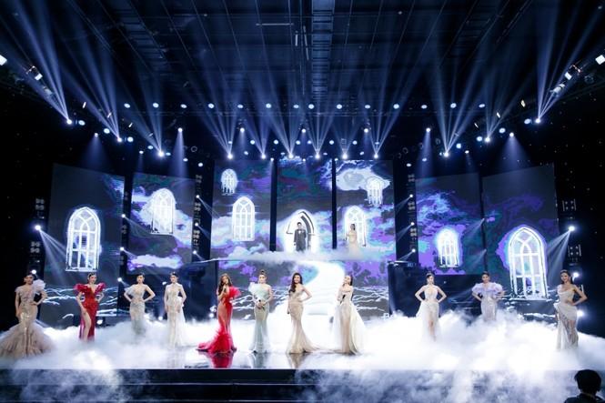Á hậu Phương Anh, Ngọc Thảo cùng dàn mỹ nhân khoe sắc lộng lẫy trong show diễn chào 2021 - ảnh 1