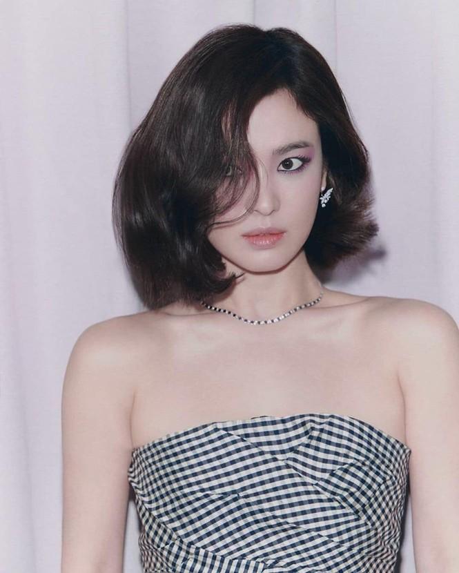 Đụng hàng với 2 đại sứ Dior, Song Hye Kyo được khen thần thái lấn át Jisoo và Angela Baby - ảnh 6