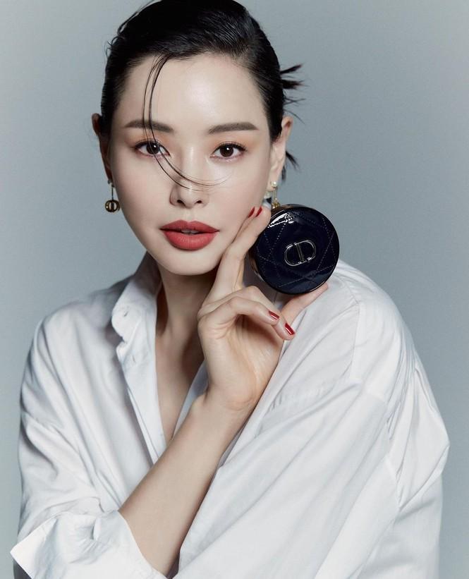Jisoo BLACKPINK có lấn át được Hoa hậu Honey Lee trong loạt ảnh quảng cáo mỹ phẩm Dior - ảnh 2