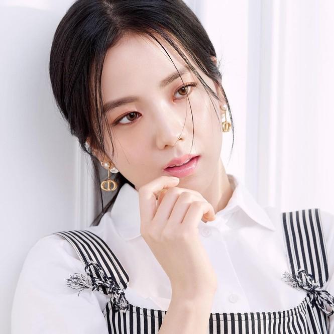 Jisoo BLACKPINK có lấn át được Hoa hậu Honey Lee trong loạt ảnh quảng cáo mỹ phẩm Dior - ảnh 1