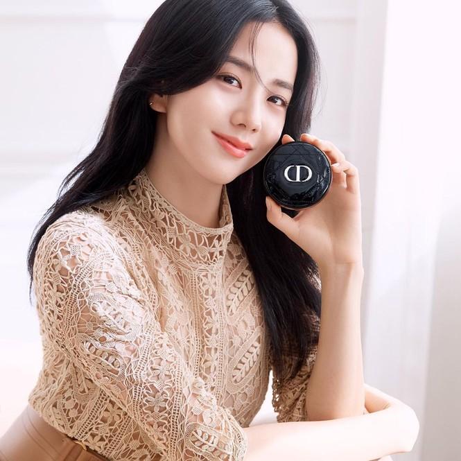 Jisoo BLACKPINK có lấn át được Hoa hậu Honey Lee trong loạt ảnh quảng cáo mỹ phẩm Dior - ảnh 9