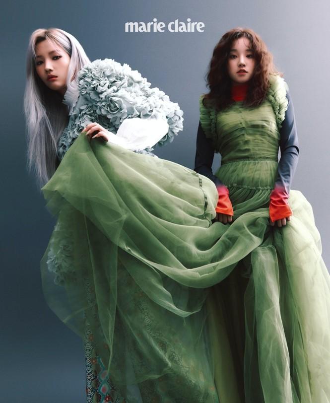 Nhìn 2 thành viên của (G)I-DLE mặc váy giống Rosé BLACKPINK mà thấy buồn cho 2 cô gái - ảnh 1