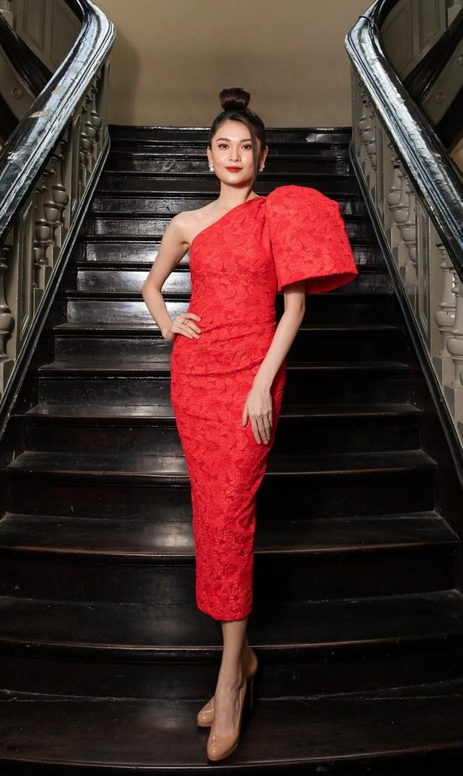 Hoa hậu Đỗ Thị Hà & Tiểu Vy khoe vai trần trong show thời trang với dress code đỏ rực - ảnh 7