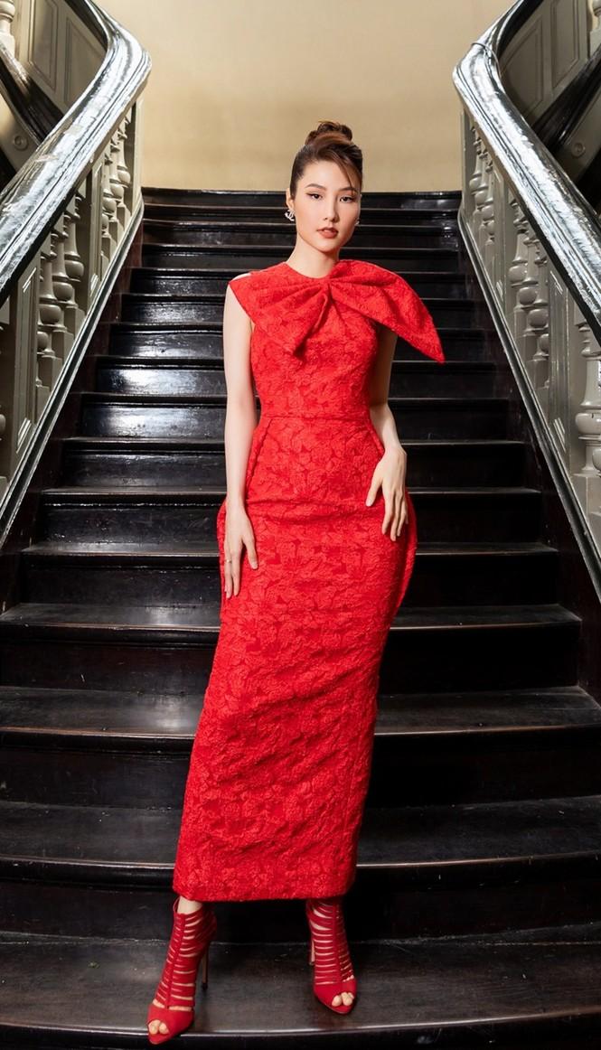 Hoa hậu Đỗ Thị Hà & Tiểu Vy khoe vai trần trong show thời trang với dress code đỏ rực - ảnh 13