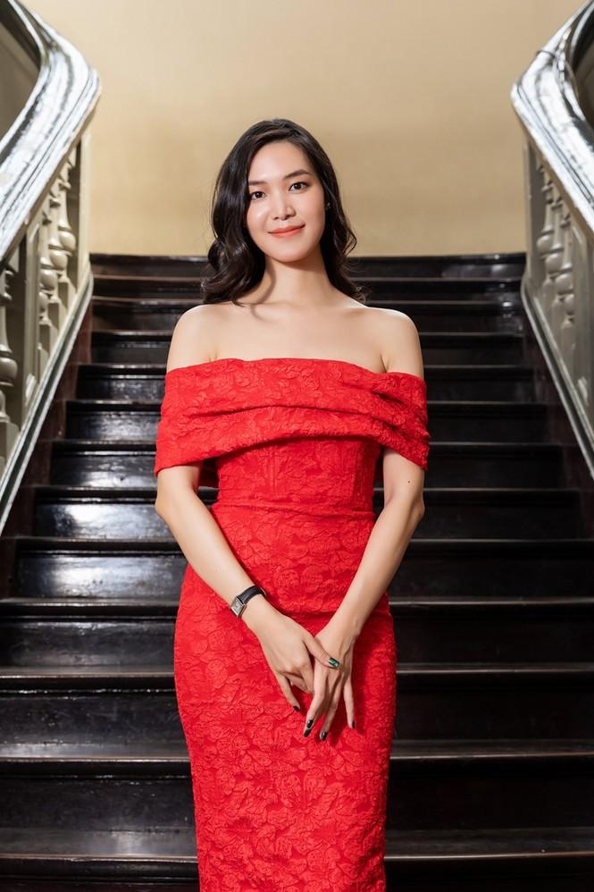 Hoa hậu Đỗ Thị Hà & Tiểu Vy khoe vai trần trong show thời trang với dress code đỏ rực - ảnh 3