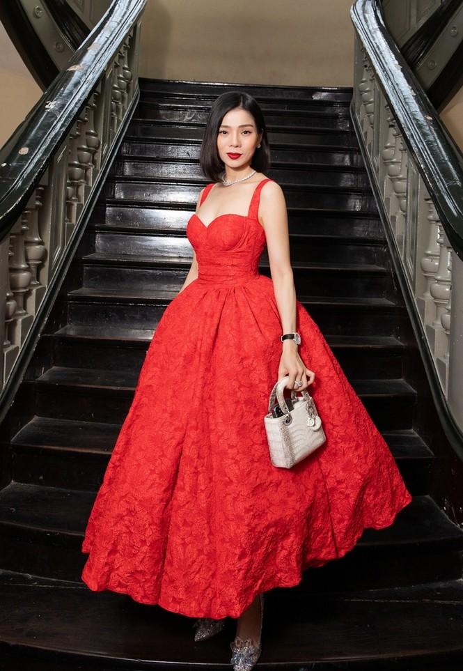 Hoa hậu Đỗ Thị Hà & Tiểu Vy khoe vai trần trong show thời trang với dress code đỏ rực - ảnh 12