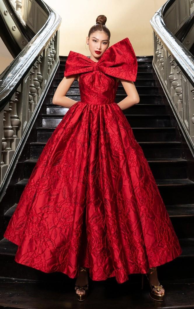 Hoa hậu Đỗ Thị Hà & Tiểu Vy khoe vai trần trong show thời trang với dress code đỏ rực - ảnh 5