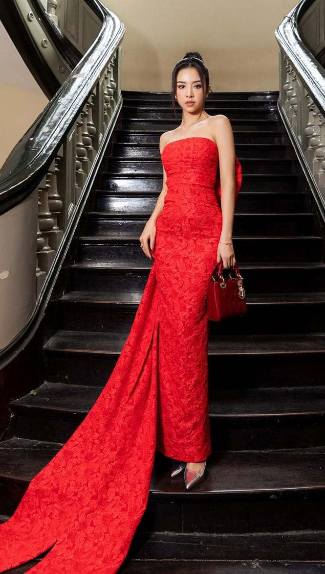 Hoa hậu Đỗ Thị Hà & Tiểu Vy khoe vai trần trong show thời trang với dress code đỏ rực - ảnh 9