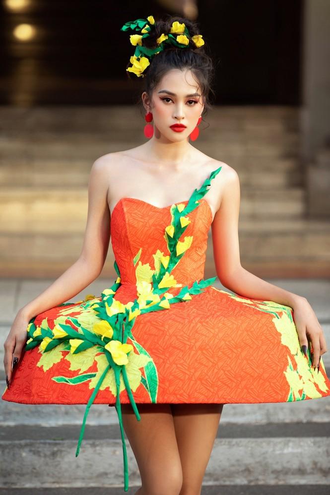 Hoa hậu Tiểu Vy mở màn với thiết kế váy lạ mắt, Võ Hoàng Yến mặc váy nặng 30kg kết show - ảnh 1