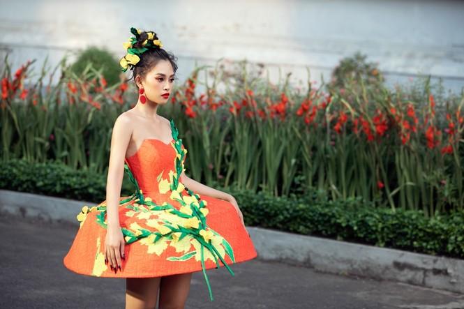 Hoa hậu Tiểu Vy mở màn với thiết kế váy lạ mắt, Võ Hoàng Yến mặc váy nặng 30kg kết show - ảnh 2