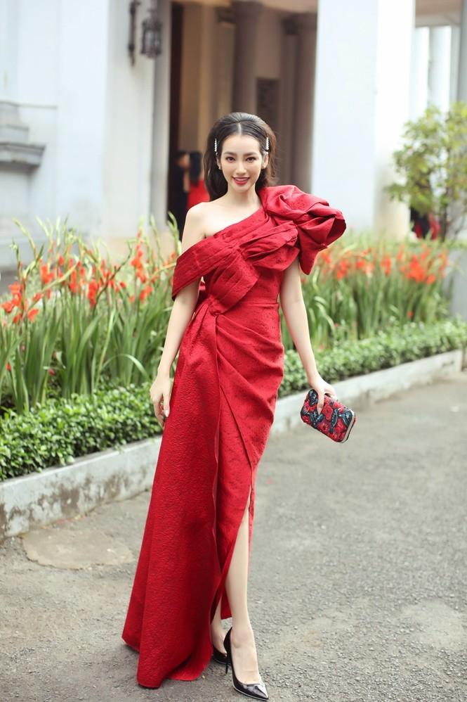 Hoa hậu Đỗ Thị Hà & Tiểu Vy khoe vai trần trong show thời trang với dress code đỏ rực - ảnh 8