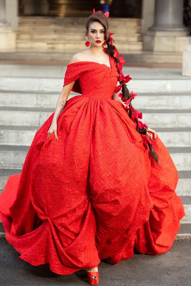 Hoa hậu Tiểu Vy mở màn với thiết kế váy lạ mắt, Võ Hoàng Yến mặc váy nặng 30kg kết show - ảnh 3