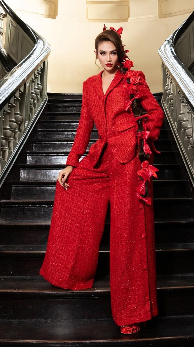 Hoa hậu Đỗ Thị Hà & Tiểu Vy khoe vai trần trong show thời trang với dress code đỏ rực - ảnh 10