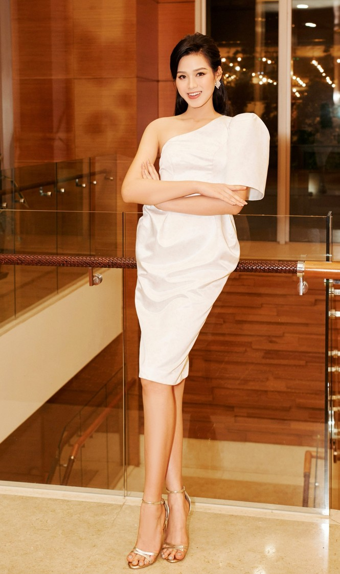 Hoa hậu Đỗ Thị Hà và Lương Thuỳ Linh chọn váy màu sắc đối lập, khoe khéo body cực phẩm - ảnh 4