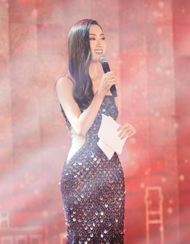 Hoa hậu Đỗ Thị Hà và Lương Thuỳ Linh chọn váy màu sắc đối lập, khoe khéo body cực phẩm - ảnh 1