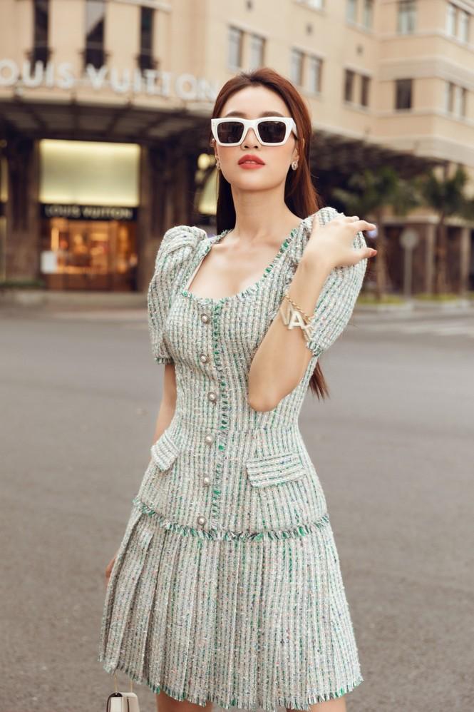 Ninh Dương Lan Ngọc xinh đẹp dạo phố trong những thiết kế rất hợp thời tiết Sài Gòn - ảnh 1
