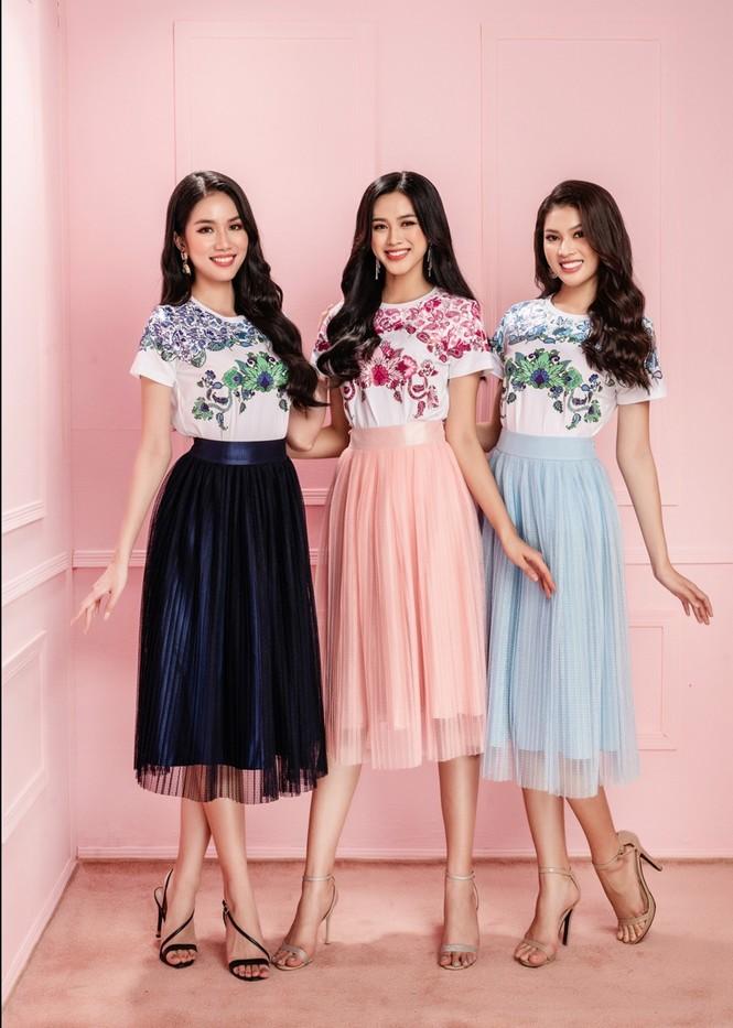 Học ngay Hoa hậu Đỗ Thị Hà và hai nàng Á hậu cách chọn trang phục xinh tươi mùa Lễ Tết - ảnh 7