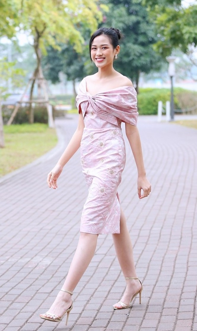 Soi trang phục Hoa hậu Đỗ Thị Hà trong các hoạt động nhân ái, xinh đẹp nền nã không có gì để chê - ảnh 7