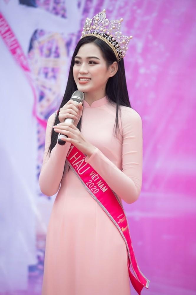 Soi trang phục Hoa hậu Đỗ Thị Hà trong các hoạt động nhân ái, xinh đẹp nền nã không có gì để chê - ảnh 9